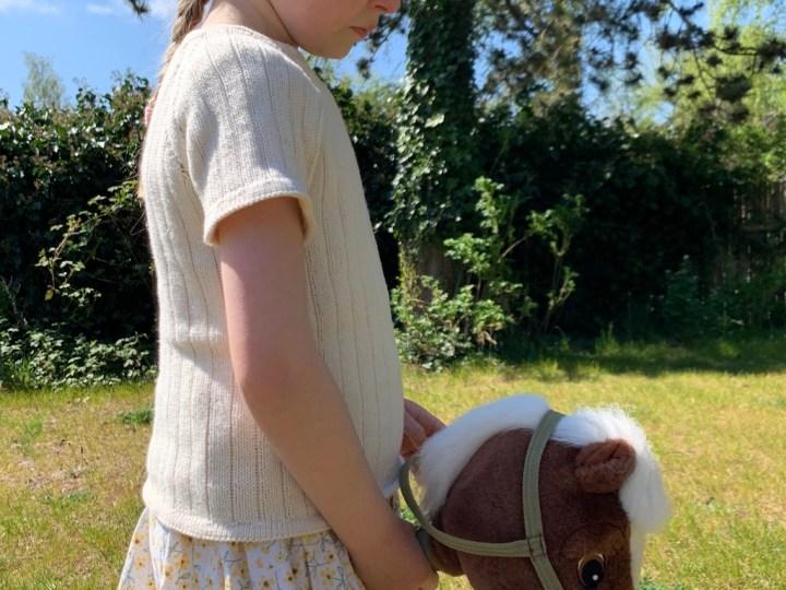 Solvejs Sommerbluse fra siden med hest