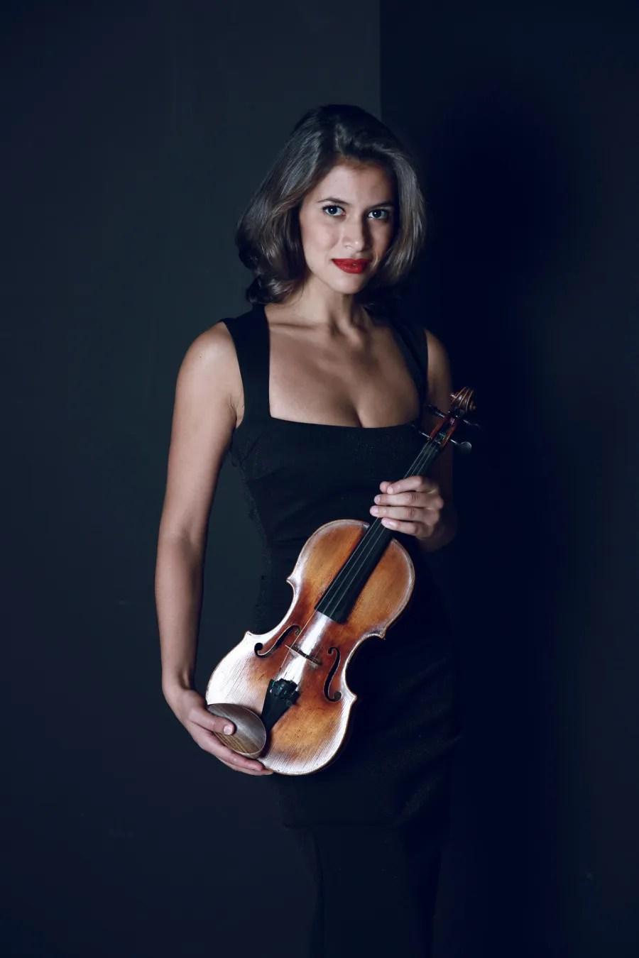 Violinist Elena Urisote (photo by Sophie Zhai)