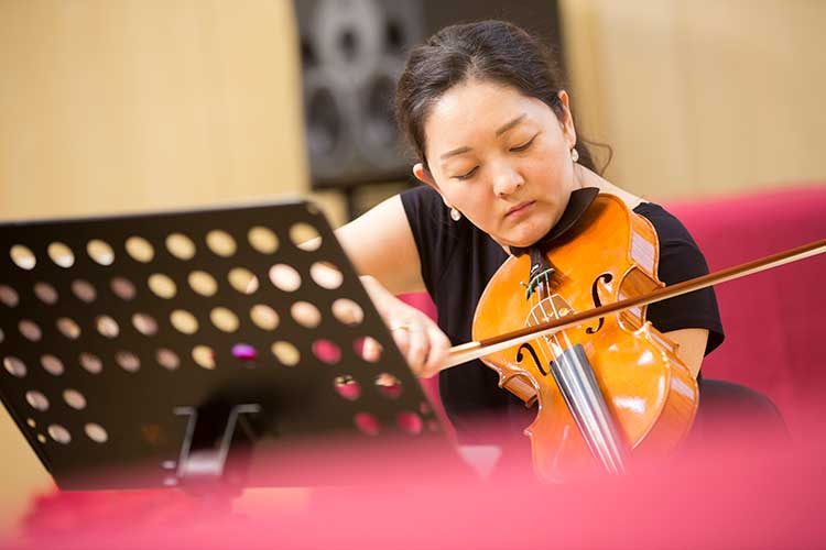 Violist Su Zhen served as a judge at the Fourth China International Violin and Bow Making Competition
