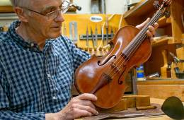 Andrew Carruthers with Redwood Violin, photo by Bill Evans