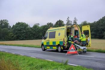 En personbil kör av länsväg 1570 i höjd med Skånes-Tranås och hamnar på taket. Skadeläget är oklart. Räddningstjänst, ambulans och polis åker till platsen.