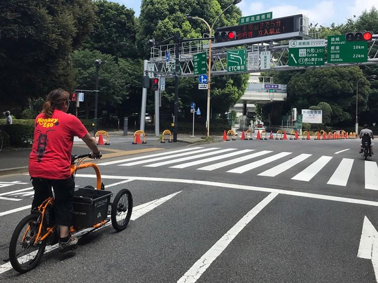 神宮外苑は指定日に道路を封鎖してサイクリングロードになります。でも信号は厳守!