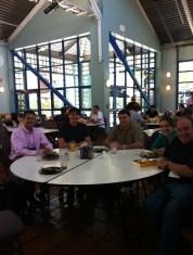 (30/jul) Alunos no almoço no pippin com os coordenadores Sergio Guerra e Pedro Mello