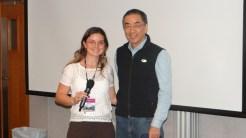 !12/11) Aluna Renata entregando presente FGV/ Strong ao Professor Leslie Young