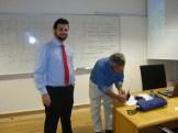 (08/10) Professor sorteia 2 livros para os alunos. Hora do autógrafo.