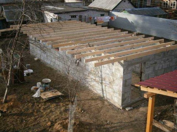 Құс өсіруге барғандар көбінесе көбік бетон түтінінің құрылысы туралы ойлау керек: ол жеңіл, жылы