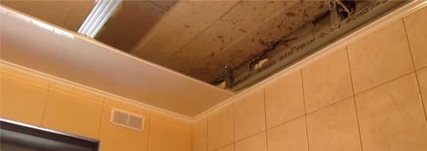Instalarea primei benzi de panouri din plastic pe tavan