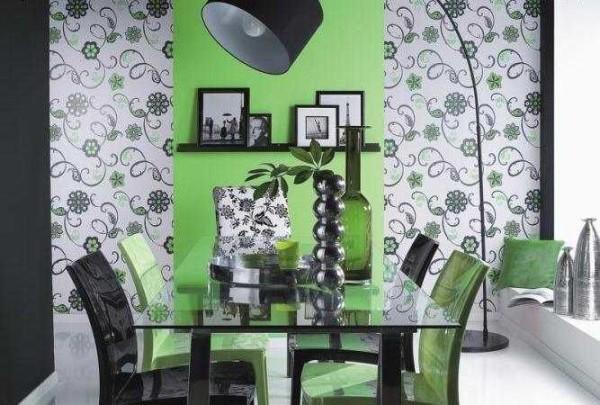 Die Fokussierung der Mauer in der Nähe von Möbeln ist eine andere Möglichkeit, die Tapete von zwei Farben zu bestrafen.