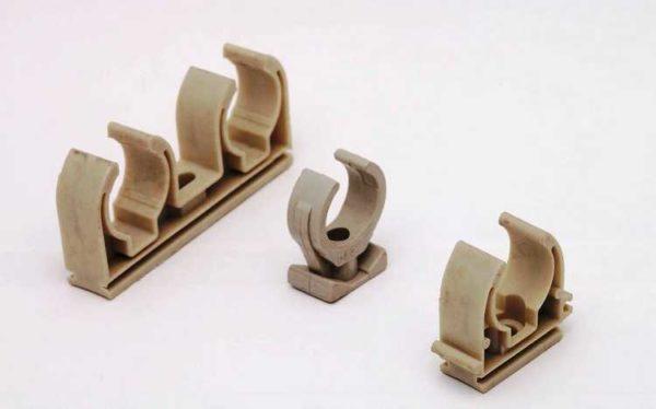 Clipuri pentru montarea țevilor metalice-plastic pe perete