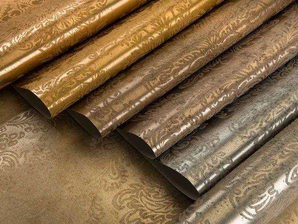 Papéis de parede metalizados têm um brilho característico