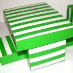 Étkezőasztal és székek egy párhuzamos dobozokból egy bábházhoz