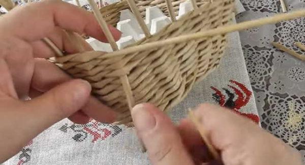 Tarik tiub kerja bersama dengan tusuk antara baris