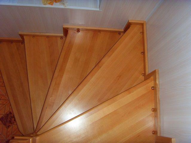 Ha a lépcsőház a falra támaszkodik, akkor azonnal figyelembe veszik a telepítési hely jelölésekor