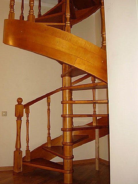 Gyakran a lépcső kialakításán kívül esik egy széles csavart lábazattal