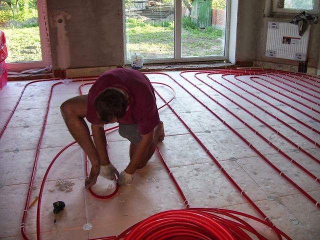 Processen att lägga och fästa röret på ett varmt golv