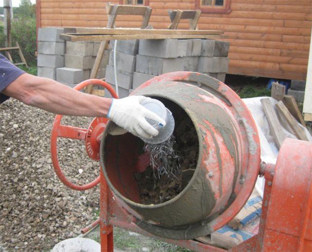 Gör fibra medan man arbetar betongblandare