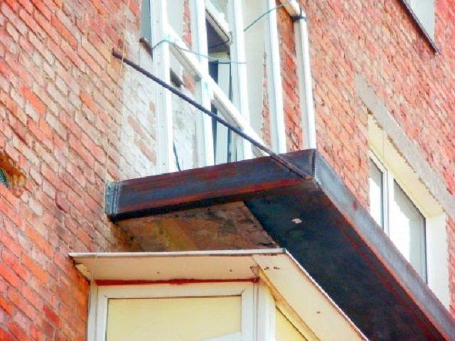 Балкон пеші түбінен және ауырлық тақтайшаларымен және ауырлықпен салыстырғанда арнадан жабық