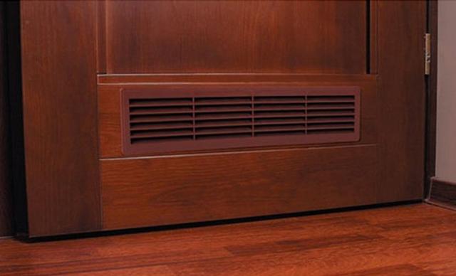 Puerta con una rejilla de ventilación en ejecución.