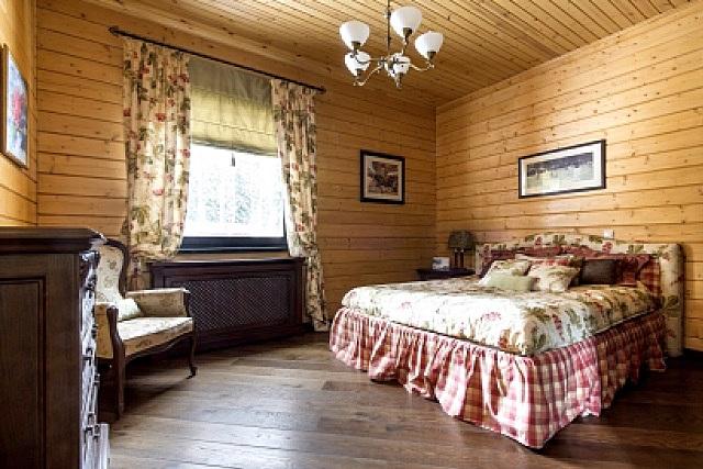 Вполне уместным может стать натуральный деревянный потолок и в спальной