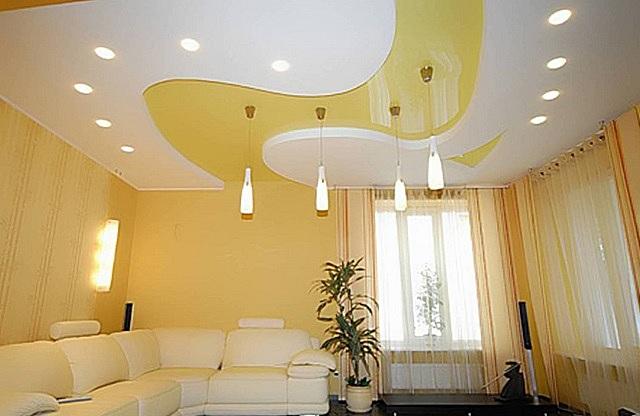 Оригинальный комбинированный потолок в гостиной