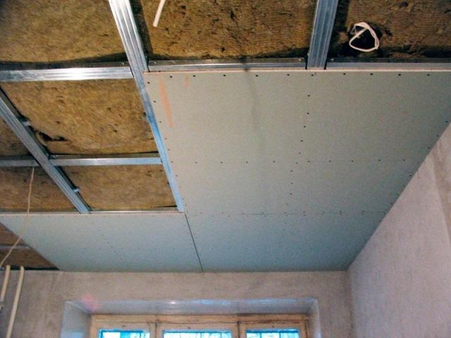 Сплошная обшивка утепленного потолка листами гипсокартона, с предварительной укладкой матов для утепления и (или) звукоизоляции помещения.