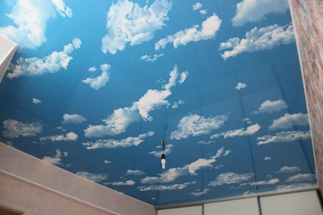 Один из популярных вариантов – натяжной потолок с объёмным изображением облаков на фоне голубого неба