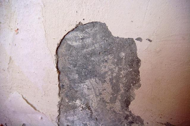 Kipsen epävakaat fignat poistettiin ilman pahoittelua. Ja useammin se päättyy, että vanhan kipsikerroksen täydellinen poistaminen.