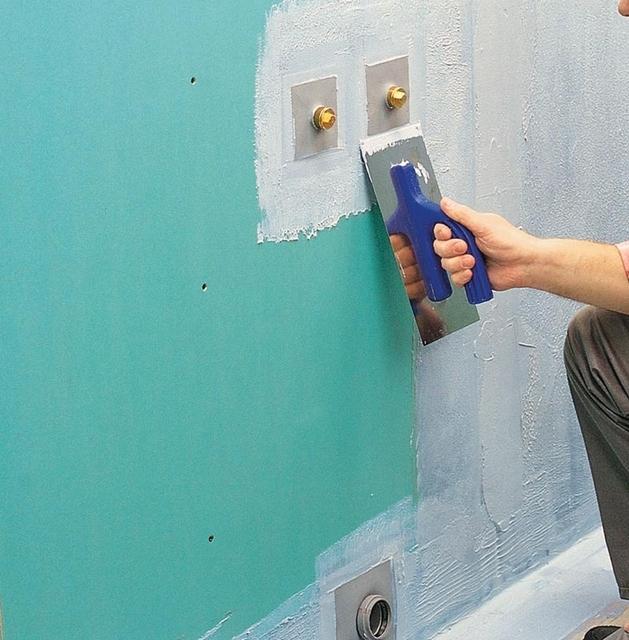 Seinien pintojen vedenpitävyys - hihna lattialla ja putken läpivientien ympärillä.