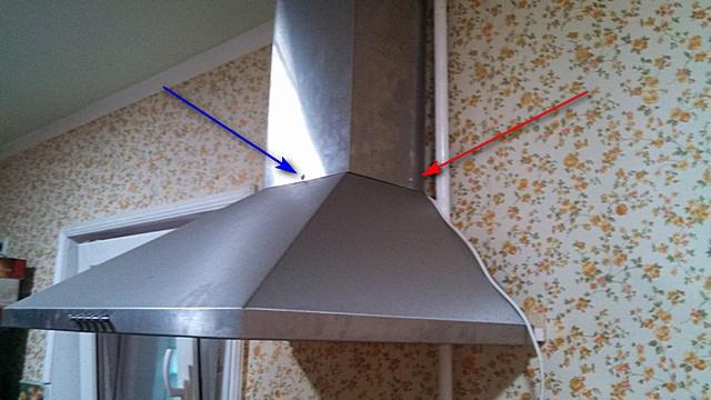 Két szabványos öntapító csavar (piros nyíl), amely biztosítja a felső dekoratív doboz felszerelését a motorháztető motorháztetőjéhez. További önzáró csavar (kék nyíl), az elülső részből telepítve, megszüntette a vibrációs zaj jelenségét.