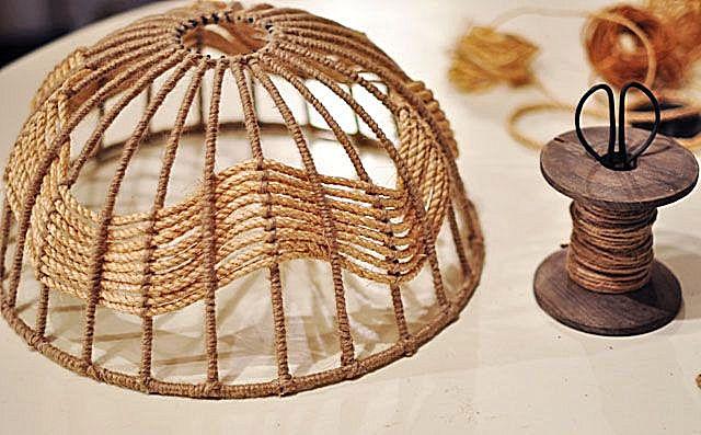 نتیجه تزئین یک قاب فلزی با طناب و طناب.