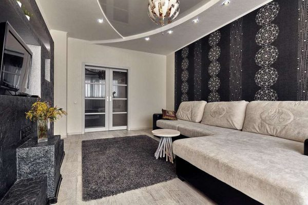 Um exemplo de um interior com papel de parede escuro