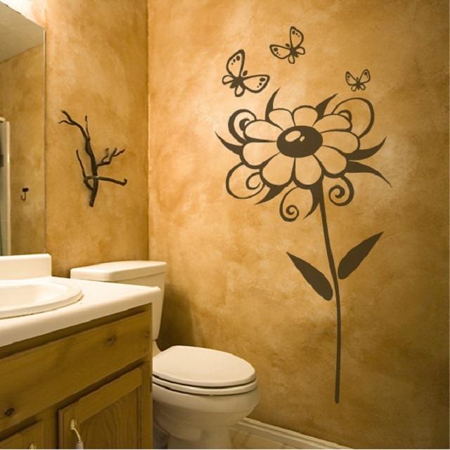 Трафаретный рисунок в помещении санузла, нанесенный поверх декоративной штукатурки.