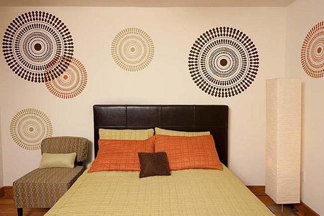Спальня, оформленная в этнических мотивах.