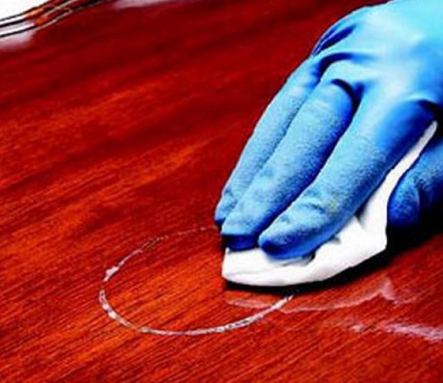 Удаление пятен с полированной поверхности салфеткой, увлажненной спиртом.