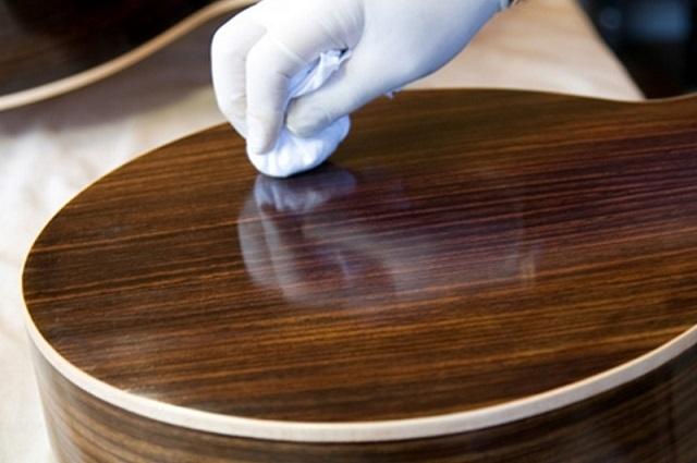Регулярный уход за полированной поверхностью вполне доступными средствами поможет сохранить ее блеск.