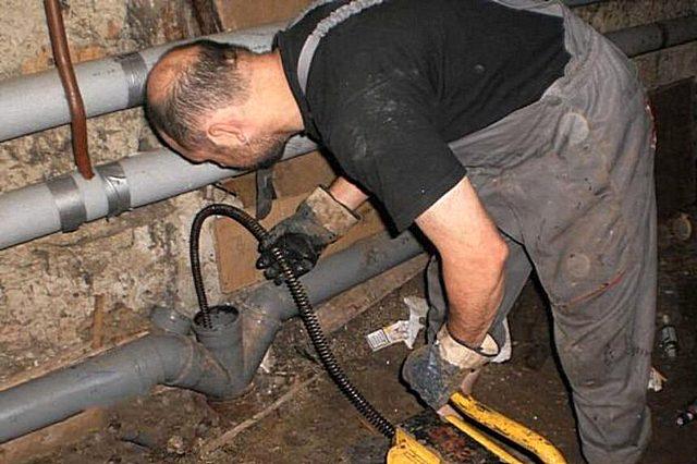 Làm thế nào để làm sạch ống thoát nước trong một ngôi nhà riêng