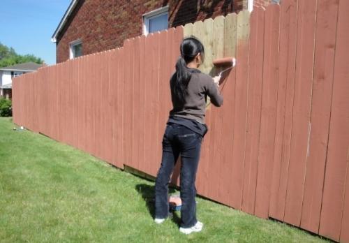 Как красиво покрасить забор из штакетника