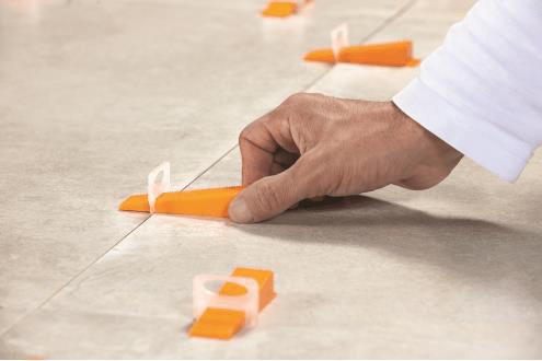 Nivelliersystem Keile einführen