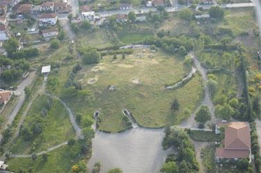 Η τούμπα με τους Μακεδονικούς Τάφους από ψηλά