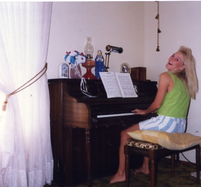 Joan 1990 with piano155