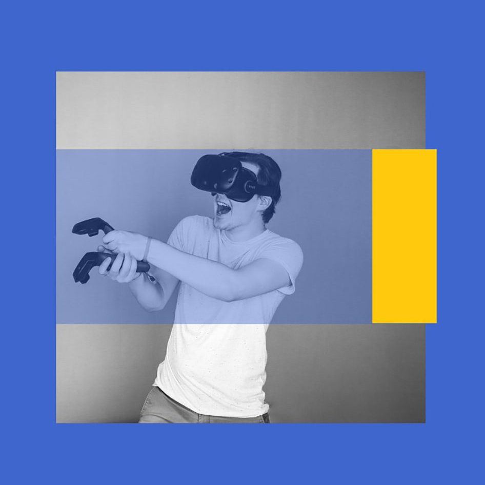 Felix T. Vogel spielt ein VR-Spiel und hat Spaß dabei