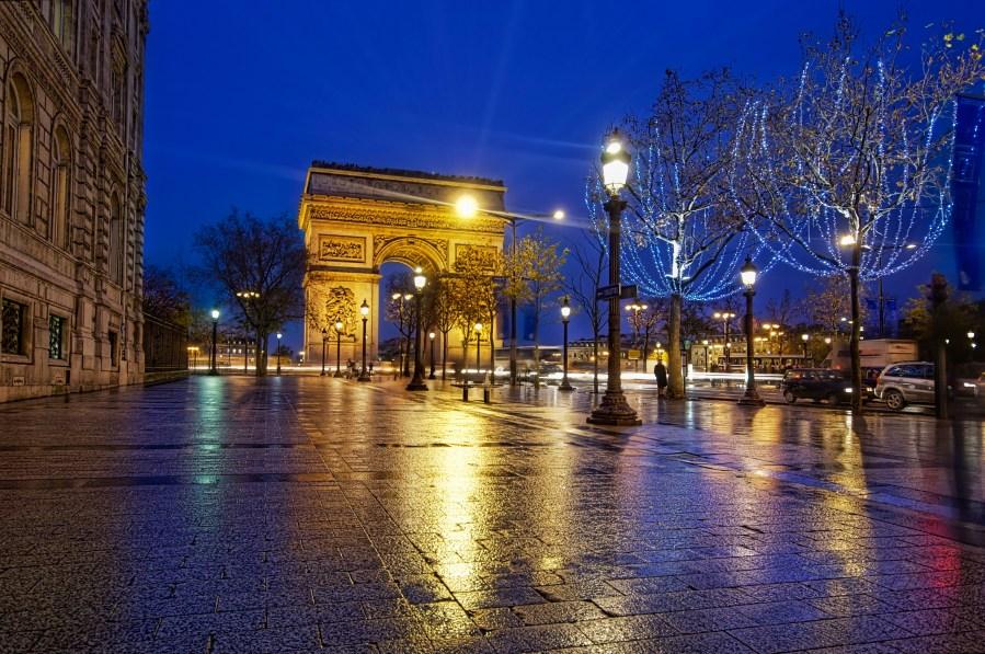 Le Arc de Triumph from the Champs de Elysses (by Stuck in Customs)