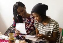 Иностранных студентов научили создавать украинские писанки 3