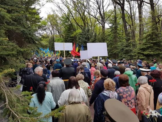 Во время памятной акции на Мемориале Славы в Харькове произошли стычки 3