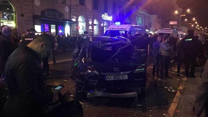 ДТП в центре Харькова: автомобиль влетел в толпу пешеходов 1