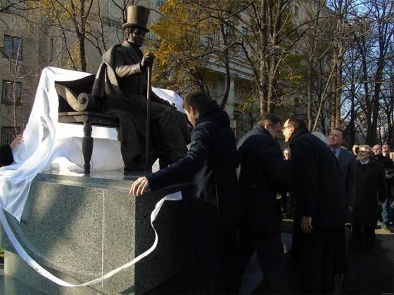 В Харькове открыли памятник Петру Гулаку-Артемовскому 3