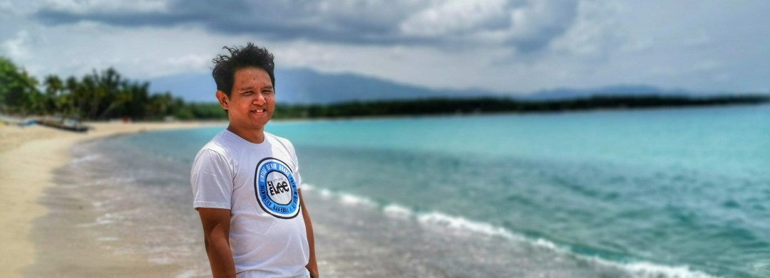 Student Blogger in Davao posing in beach