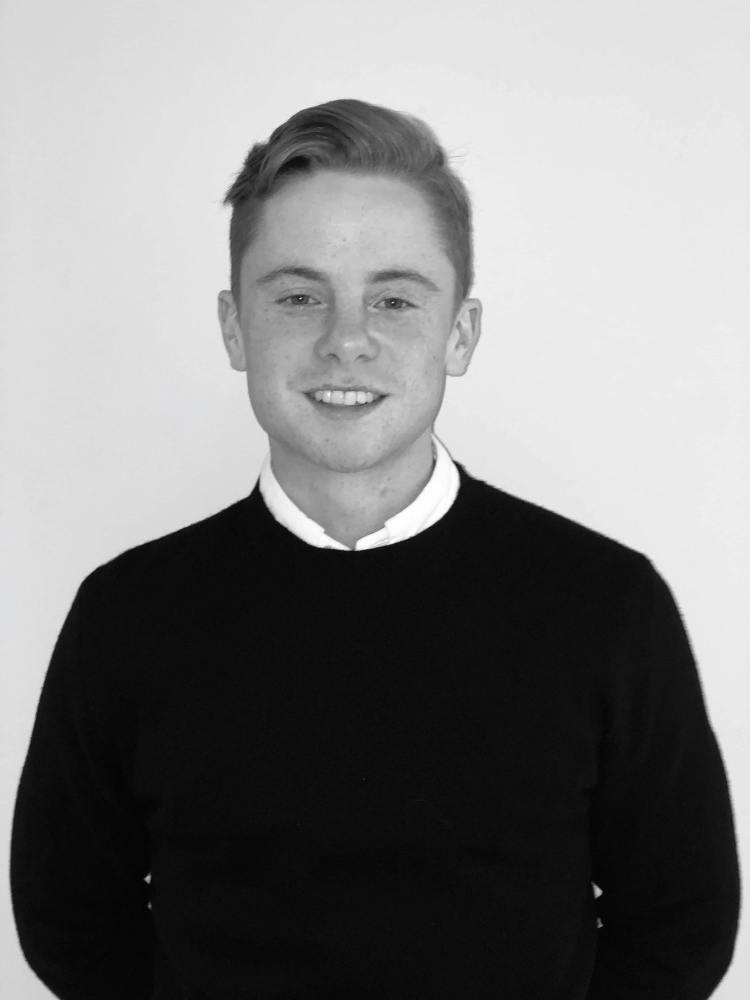 Norsk gutt, svart/hvit bilde, studerer markedsføring på NTNU i Ålesund.