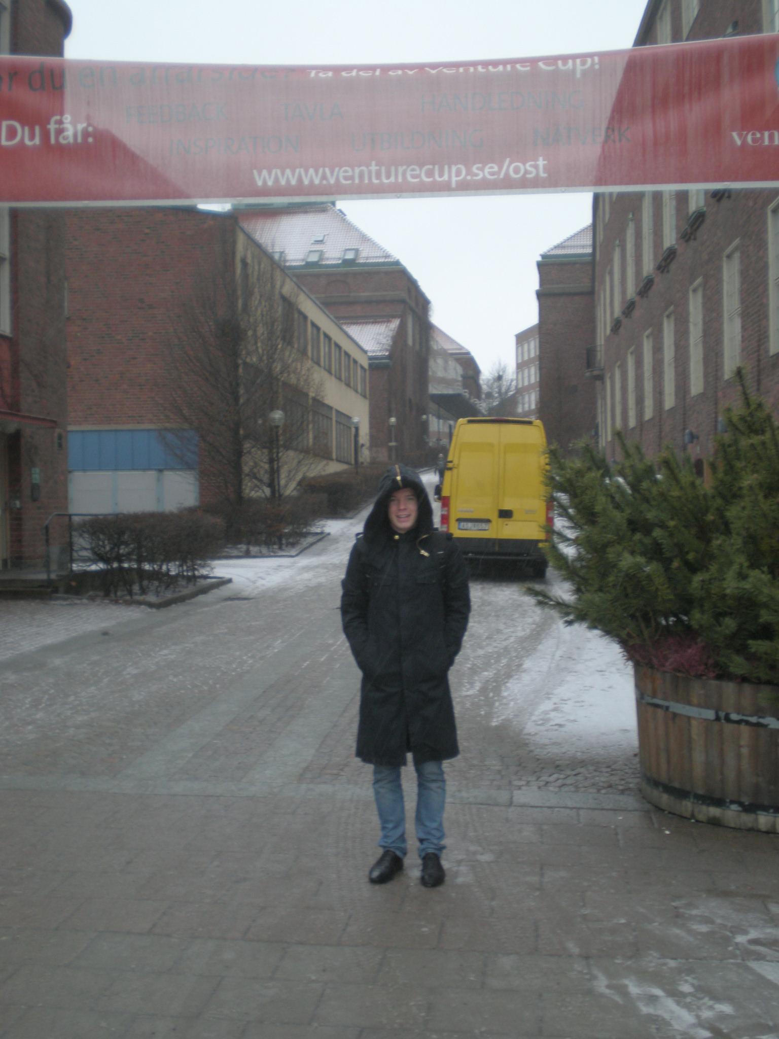 Josef fryser utanför KTH.