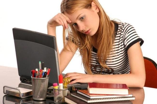 задумчивая девушка перед ноутбуком